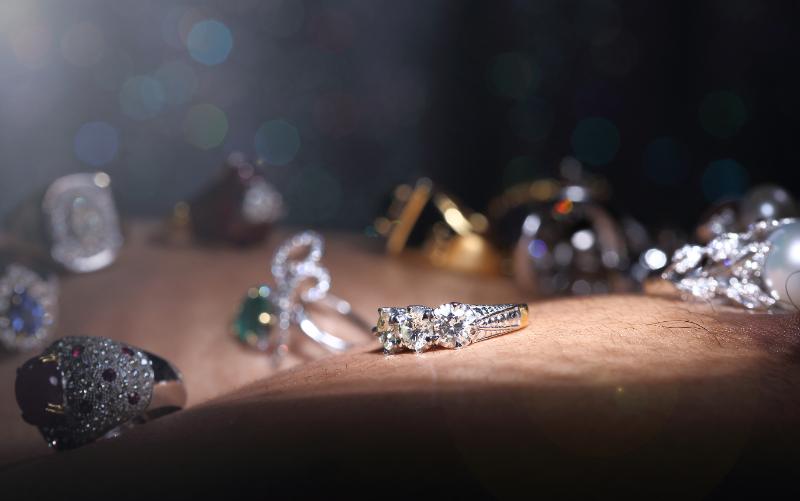 様々な宝石が飾られているジュエリー