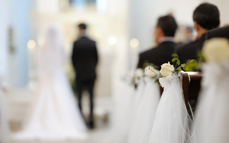 チャペルで挙式を上げる夫婦