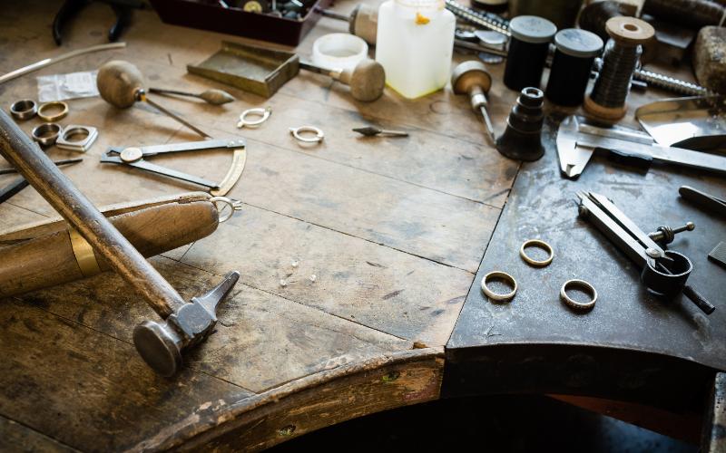 彫金机に置かれているジュエリー加工道具