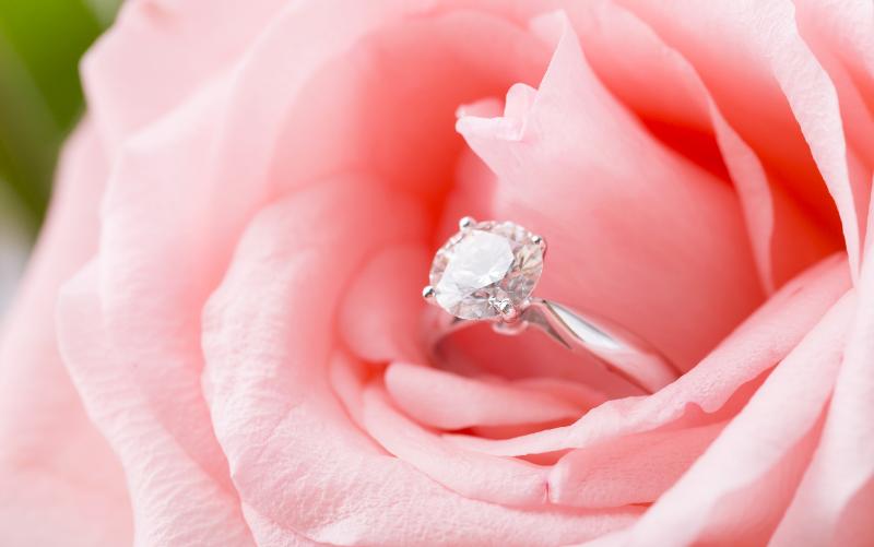 花の中にしのばせた指輪
