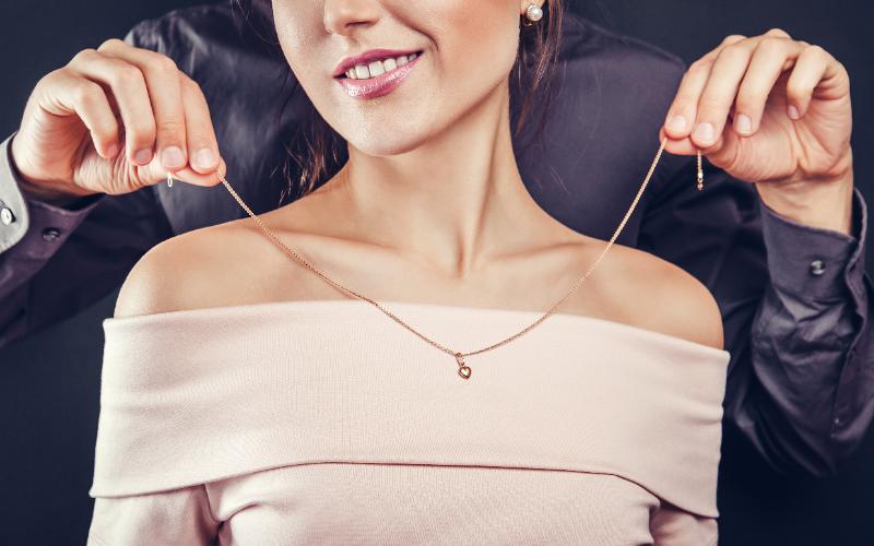 ネックレスは男性から女性に贈られる人気のプレゼント