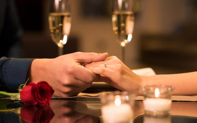 ディナーで指輪をプレゼントするカップル