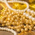 金や真珠のネックレスと金貨