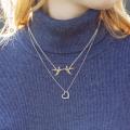 女性の首元を着飾る金のネックレス