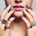 それぞれの指に指輪を着けている女性