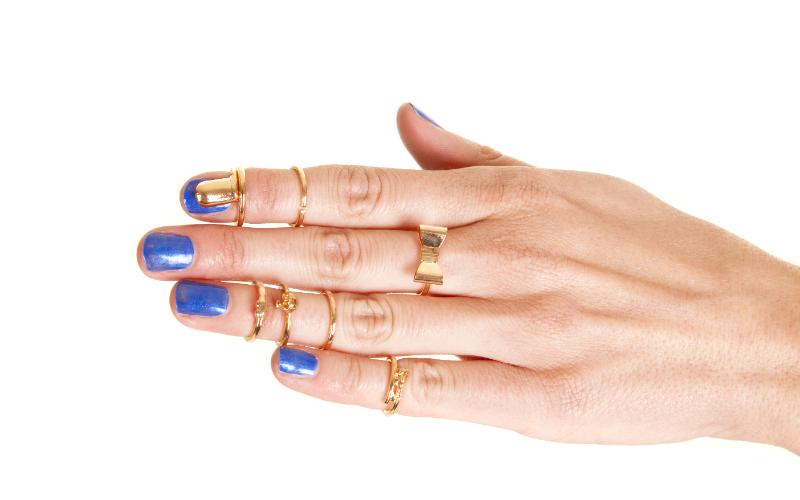 それぞれの指に着けている金の指輪