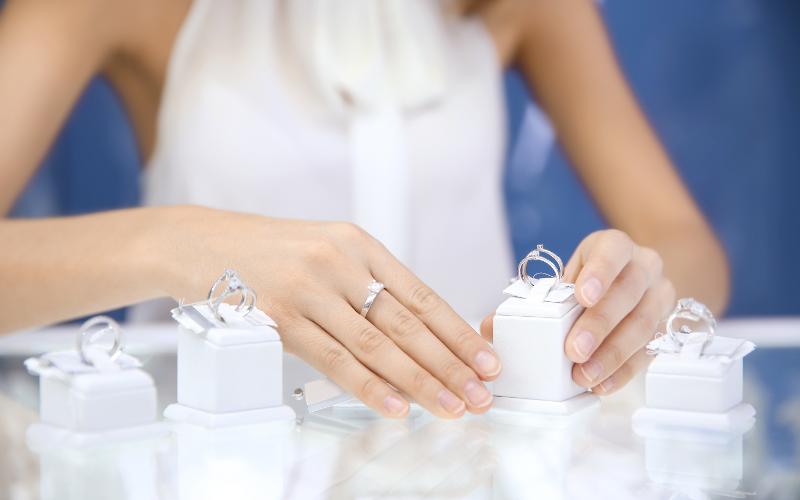 ショップで指輪を選ぶ女性