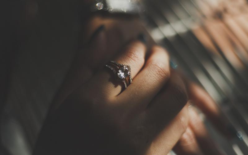 人差し指に着けているダイヤリング