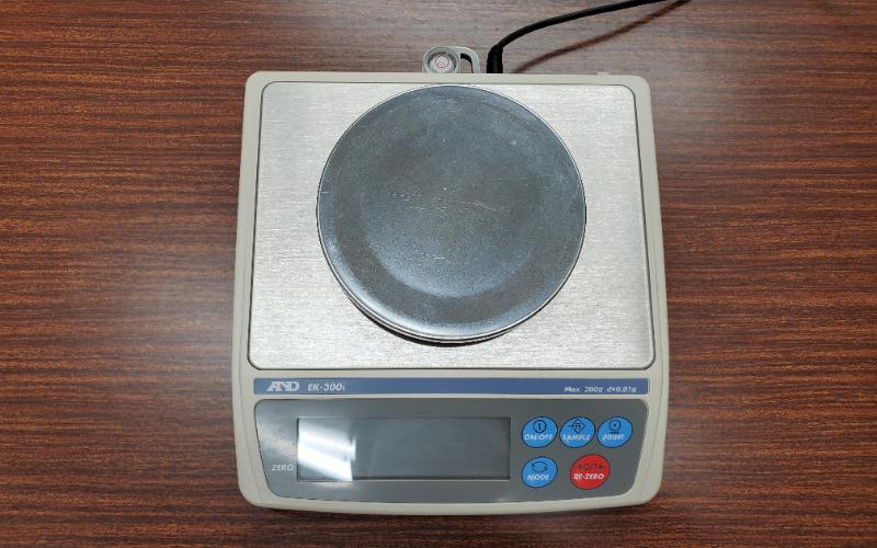 貴金属の重量を量る重量計