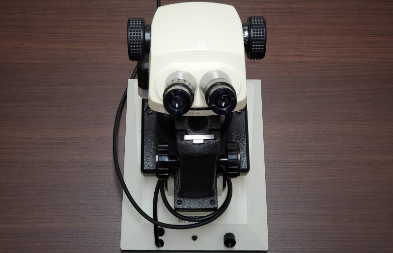 宝石の細部を拡大する顕微鏡
