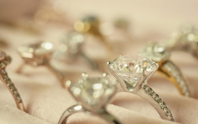中古品として並べられているダイヤモンドジュエリー