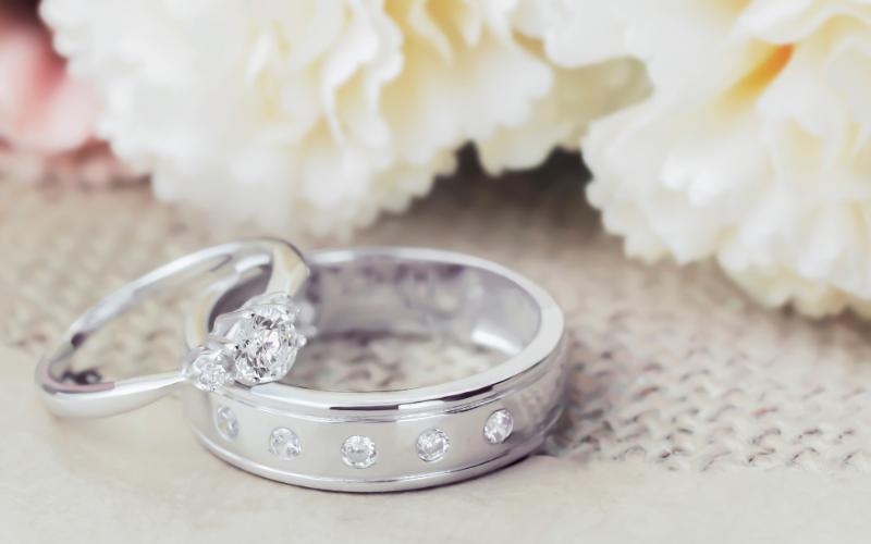 2つ並べられた婚約指輪と結婚指輪