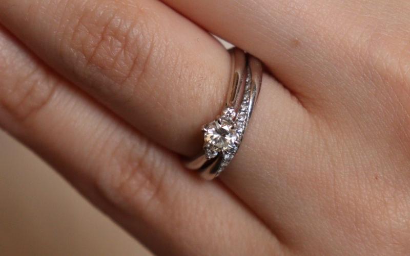 重ね付けした婚約指輪と結婚指輪